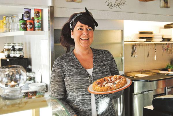 Roligt att ni hittade hit och välkomna, säger Cathrine Johansson och bjuder som alltid på ett glatt leende och gott fika.