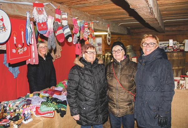 De tre systrarna Elisabeth Bengtsson, Ann-Britt Gustavsson och Kerstin Larsson var intresserade av vad Eva Josefsson från Tjällmo (bakom bordet) hade vid sitt bord med allehanda alster på.