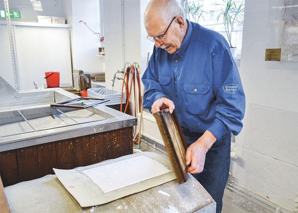 Bo Johansson nyttjar de gamla formarna som en gång i tiden användes innan pappersmaskinerna gjorde sitt intåg i papperstillverkningen.