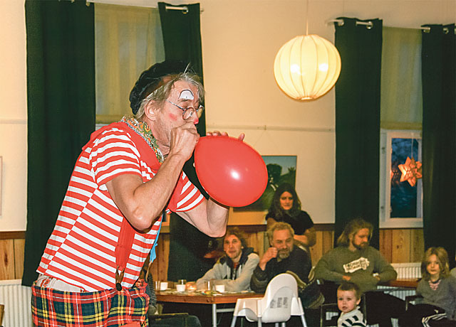 Clownen Vicke blåser upp en balkong, nej en ballong.