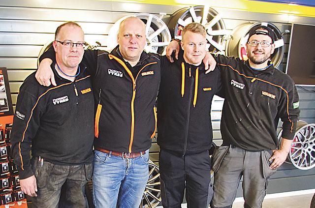 En kvartett med däck som yrkessysselsättning. Från vänster: Torbjörn Modig, Ulf Jonsson, regionchef hos Vianor i Jönköping, Emil Kärnfeldt och Andreas Cato.