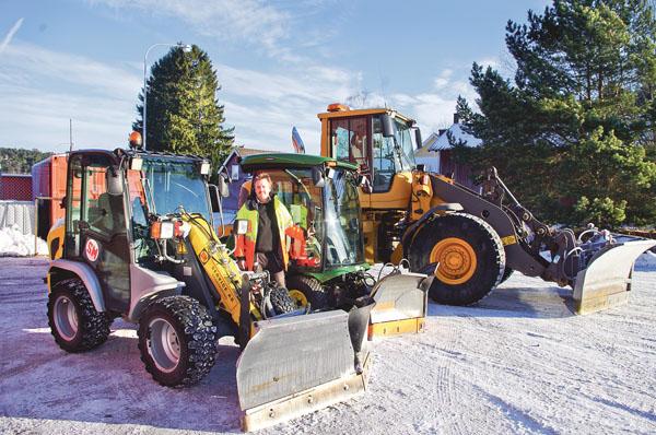 Tre maskiner som lämpar sig för snöröjning. SM-Entreprenad sköter detta i Söderköping.