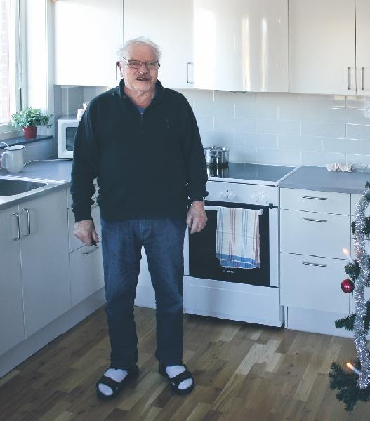Gunnar Olsson har satt på kaffet i sitt väldisponerade kök. Han trivs försträffligt på trygghetsboendet och har även startat ett gympagrupp som kör gymnastik två gånger i veckan.