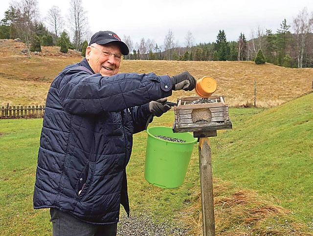 Leif Svensson fyller på med mer fågelmat.