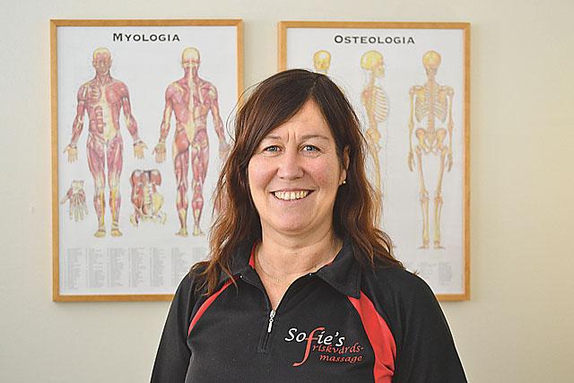 De flesta som kommer till massören Sofie Järvinen har problem på grund av statiskt kontorsarbete.