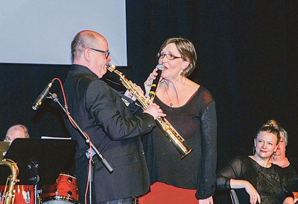 Karin Westberg och tenoristen Esa Falkenroth i ett Monica Zetterlundnummer.
