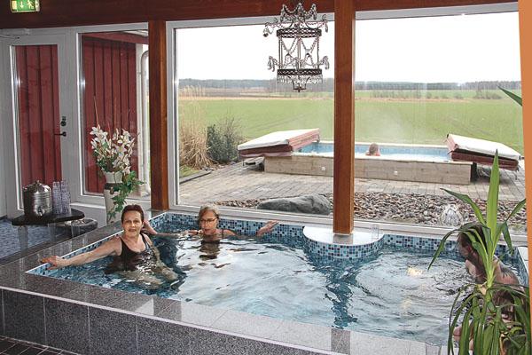 Svägerskorna Annica Carlegill och Sabina Lilja hade det mysigt och skönt i den japanska stilla poolen med 38-gradigt vatten.