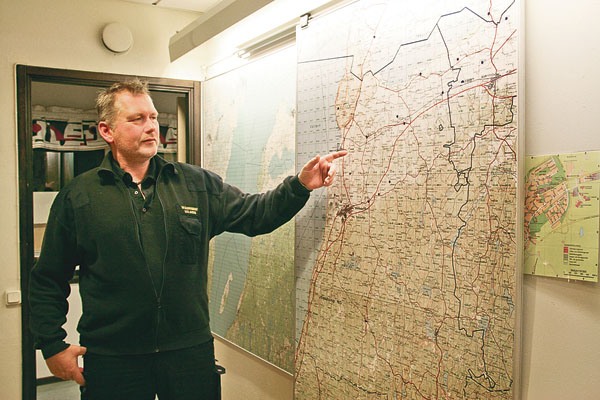 Mats Jansson visar på kartan över Ödeshögs kommun. Det gäller att kunna geografin när man arbetar med beredskap och räddning.