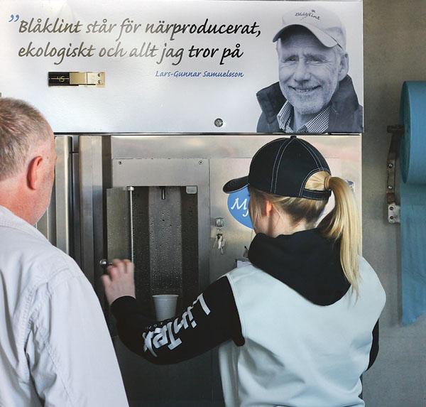 Mjölken i automat är något dyrare än om man köper ett vanligt mjölkpaket, men kunderna betalar gärna en extra slant för färsk mjölk direkt från en gård.