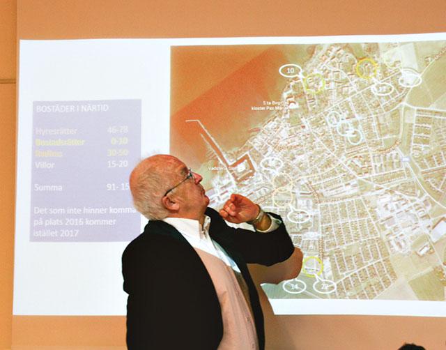 Mats Wahrén (K), ordförande i kommunstyrelsen, studerar tänkbara byggplatser. Han jämför flyttkedjorna med Brio-spel där 15 brickor ska flyttas rätt.
