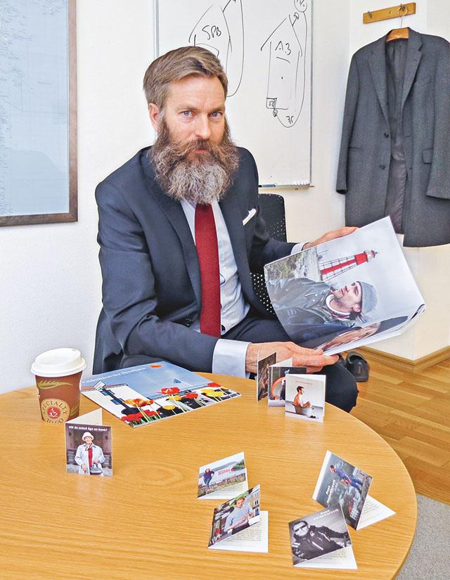 Håkan Eriksson, vd på Valdemarsviks sparbank, bläddrar i den nya bankbroschyren som kom ut förra året.
