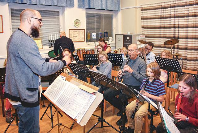 Musikkårens förste dirigent Tobias Eklund leder repetitionen med delar av ordinarie musiker i Musikkåren och unga adepter.