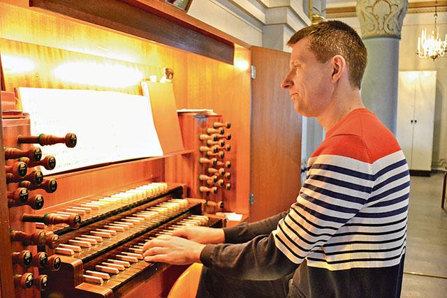 Kyrkomusikern Johan Sjösten vid ett av sina arbetsredskap.