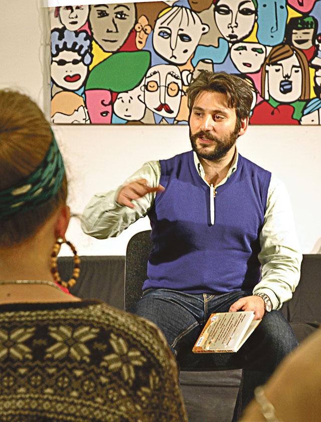Poeten Daniel Boyacioglu besökte Kisa bibliotek där han berättade om sitt skrivande och läste många dikter.