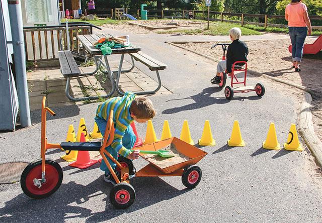 Alvin är vägarbetare medan Linus tar sig en sväng på trampcykeln.