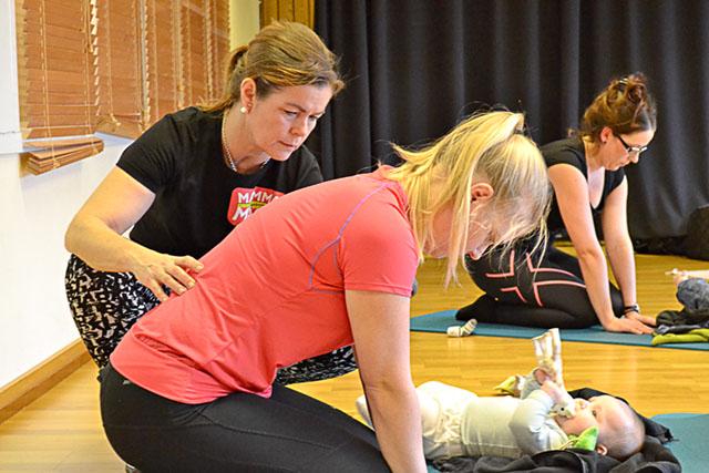 Madeleine har med sig dottern Nellie när magmusklerna ska stärkas efter graviditet och förlossning.