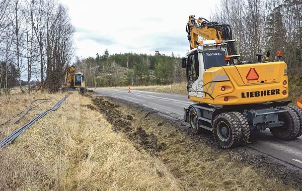 Vid Arkösundsvägen grävs slang för det kommande stamnätet ner.