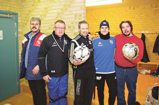 Ledarna för de ensamkommande flyktingbarnen i Östra Ryds IF. Från vänster: Lasse Hansson, Kenneth Andersson, Årets eldsjäl 2015 Sverker Johansson, Martin Pettersson och Stefan Engström.