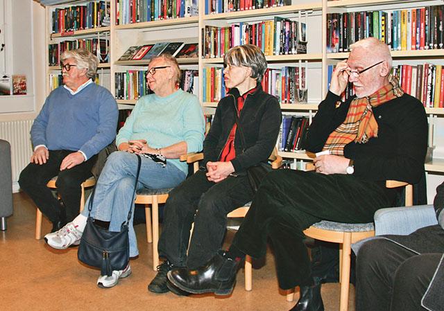 Arton deltagare kommer till bibliotekets Urban Bäckström för gärna den muntliga traditionen vidare. skrönkväll.