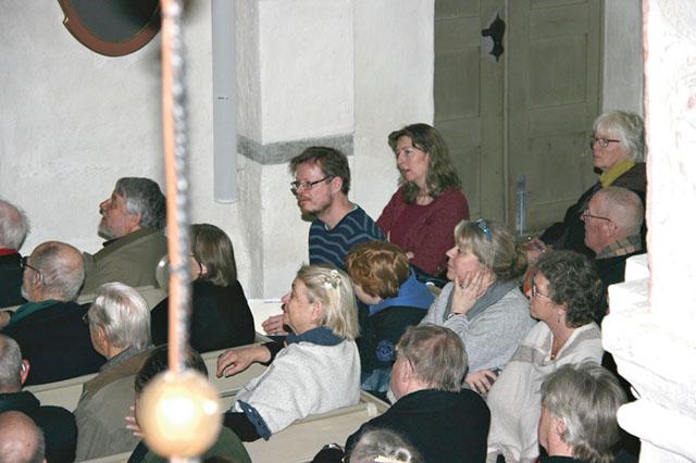 """Publik fyller Örberga kyrka. """"Det är väl ingen som ska spela orgel i dag"""", säger en man och sätter sig på organistens plats."""