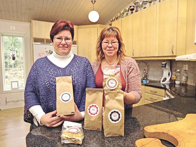 Systrarna Annie och Sussi med en del av produkterna de tillverkar och säljer