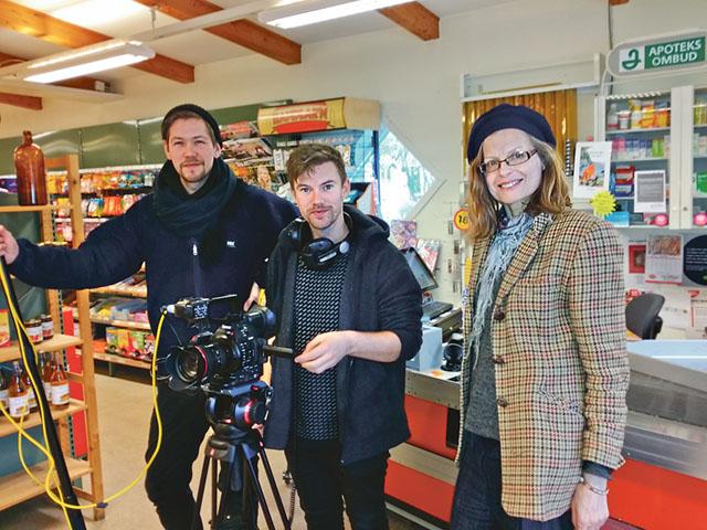 Filmteamet med Malla Grapengiesser, uppvuxen på Norrby stora gård i Asby, och de båda kameramännen Per Bifrost och Alexander Ryneus