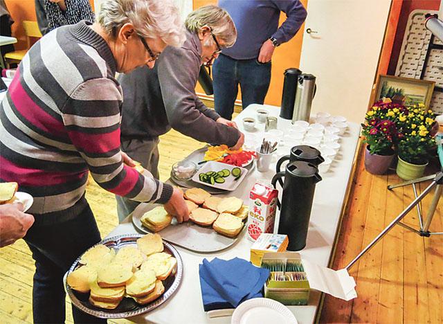 Kaffe och ostfrallor med gurka och paprika smakade utmärkt efter årsmötesförhandlingarna.