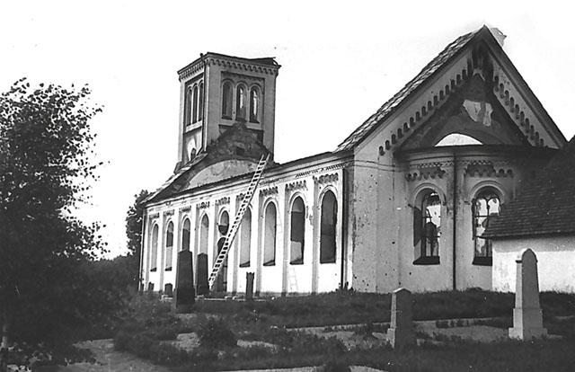 Ytterväggar och en del av tornet står kvar av 1881 års kyrka i Malexander efter den ödesdigra branden 1929.