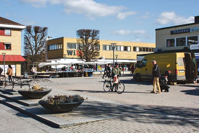 Stora torget med Domushuset på andra sidan av Adelswärdsgatan som det ser ut idag.