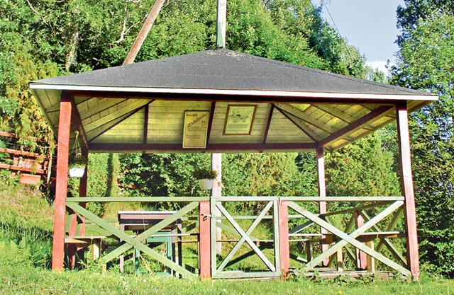 Paviljongen vid källan är iordninggjord. I taket finns tavlor med information om vattnet, och en rekommendation att inte dricka mer än två glas.