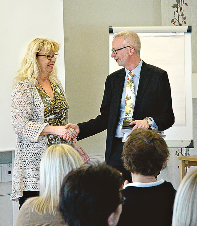 Ulla-Karin Pettersson, som skapat solros- och tranbärskakan som utsågs till Årets bakverk i Östergötland 2015, tackade professor Dick Harrison.