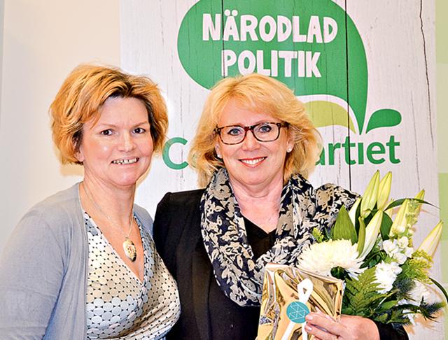 Lena Ek fick ta mot utmärkelsen Guldnålen för sina insatser inom Centerpartiet. Här tillsammans med partivännen Karin Jonsson, nyomvald distriktsordförande