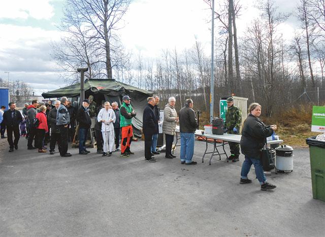 Hemvärnet bjöd på pannkakor med tillbehör under invigningen av det nya kraftvärmeverket i Mjölby.