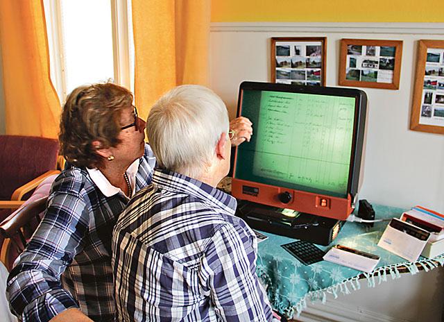 Gunilla Löfkvist, till vänster, och Anita Olsson letar efter Monica Bergströms anfäder på mikrokort.