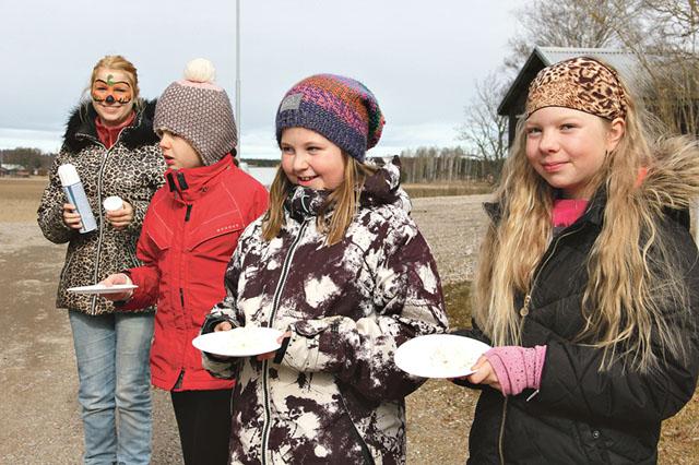 """Kastare redo! En ansiktsmålad Emma Karlsson förser fv Karin Enefjord, Stina Enefjord och Miranda Hagström med """"ammunition""""."""