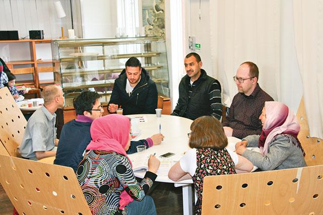 Deltagare samlas runt bordet i bankettsalen i Trehörna före detta skola.
