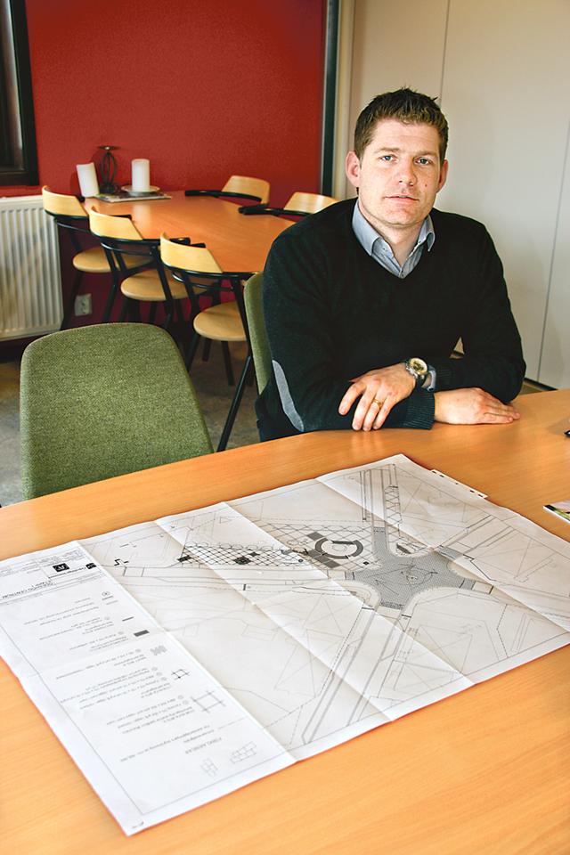 Kommunens och Ödeshögsbostäders tekniske chef Emil Wissman med en skiss över torget i Ödeshög.