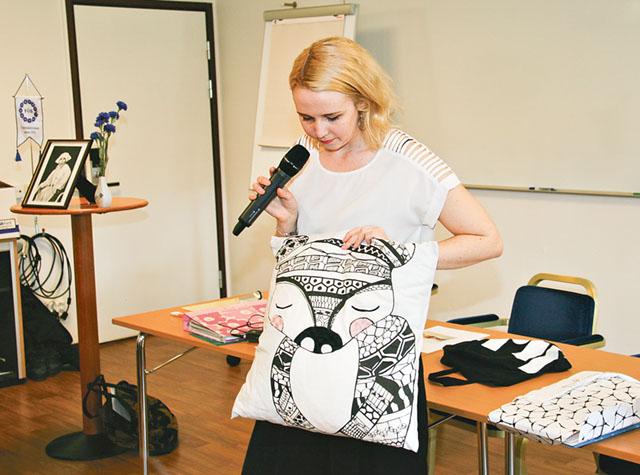 Maja Meurling är årets FÖB-stipendiat. Här visar hon en kudde som hon gjort.