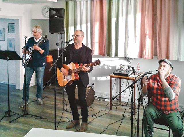 Fredrik Zeijlon på sång och gitarr, flankeras av sina medmusikanter Willy Dahlqvist på bas och Johan Moestedt på bland annat munspel.