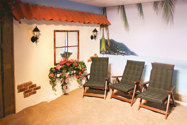 Solrummet med väggbild som förflyttar den solande till sydliga och exotiska stränder med en strålande sol.