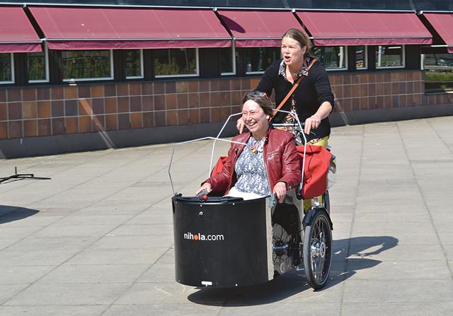Det var full aktivitet utanför Finspångs kommunhus när eldrivna bilar och cyklar visades upp.