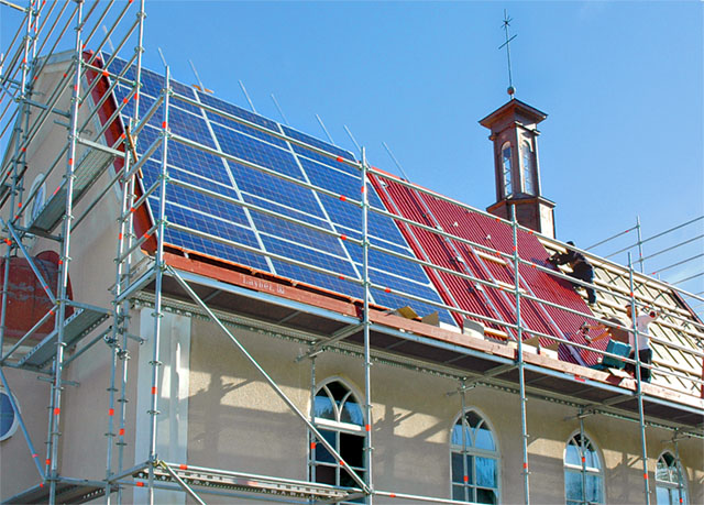 Taket på Missionskyrkan i Rimforsa täcks med solceller på en yta av 109 kvadratmeter, vilket kommer att ge 18 000 Kwh.