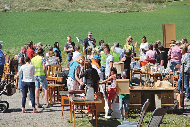 En del av alla besökare på Klovstena gård samt auktionsgods.