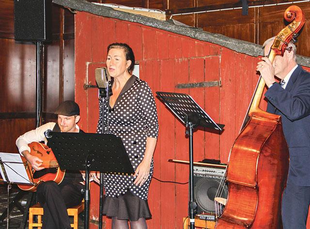Lenas trio från Linköping underhöll med tidstypisk musik