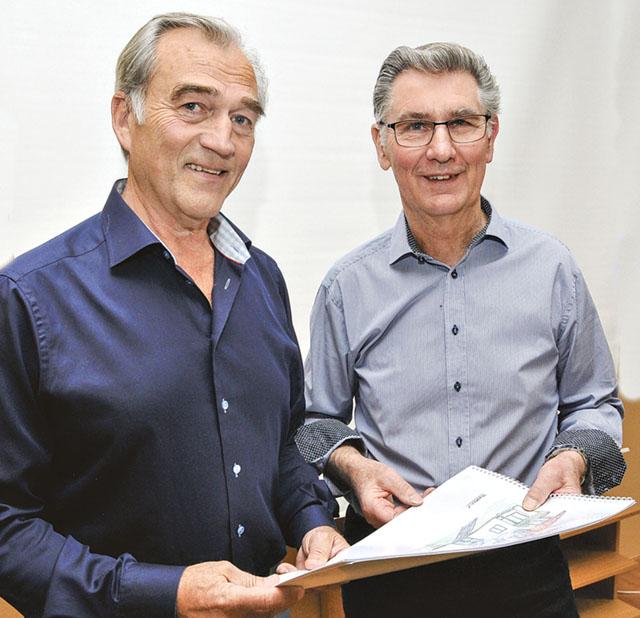 Sven-Åke Andersson (til vänster) och Curt Andersson berättade om möjligt byggande av ägarlägenheter i Östra Husby.