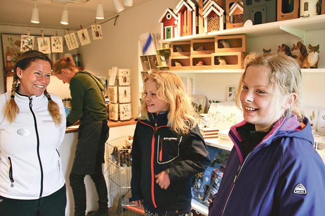 Åse Theorell pratar med de båda bagarna Clara och Emma Orrenius. I bakgrunden syns Sissela Wasén.
