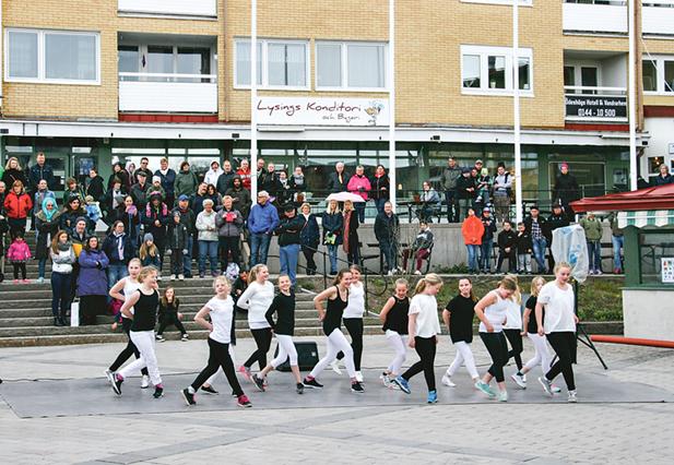Kulturskolans dansare visar upp sig nere på torget och den stora publiken står ovanför i trappor och på avsatse