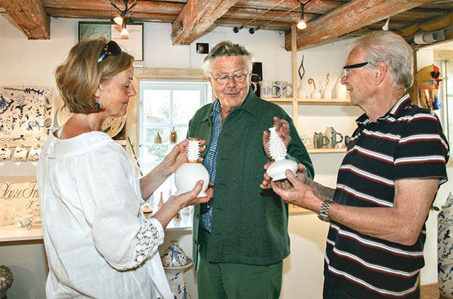 Lasse Frisk visar sin nyhet för Inger och Lennart Kroon. Några verk med taggar, som är mjuka, blir en taktil konstupplevelse.
