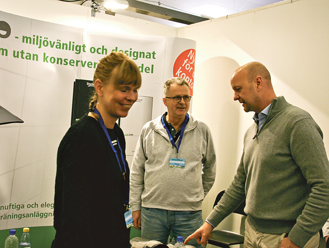 Ulla Järn från Pilgrimscenter, Dusan Femic från Sterisol och Magnus Oscarsson (KD) samtalar.