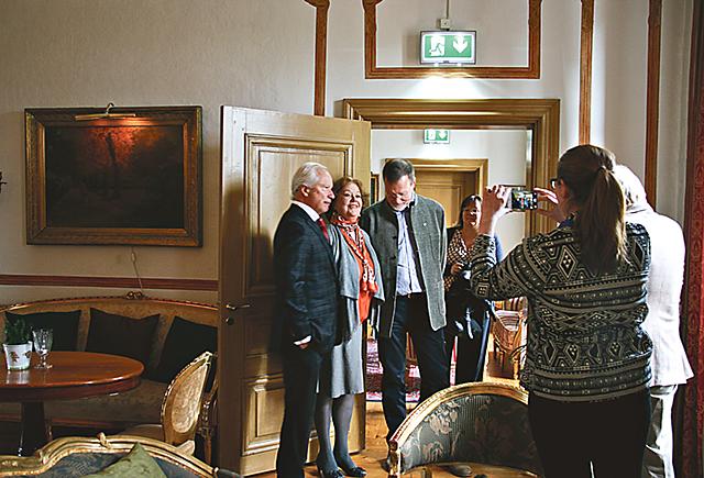 Många ville fotografera Loa Falkman, Inga Lewenhaupt och Nils Spangenberg.